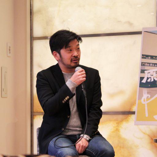 松嶋さんがマイクで話している写真