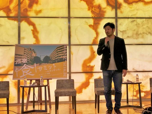 ステージでマイクを片手に話す松嶋さんの写真