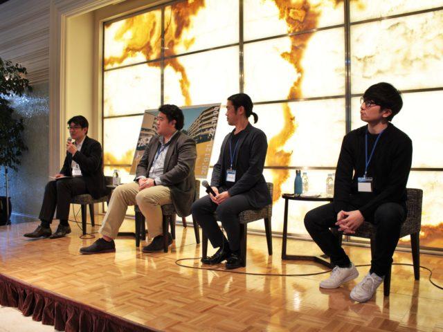 ステージ上に左奥から田中さん、川越さん、関根さん、平井さんが座っている写真