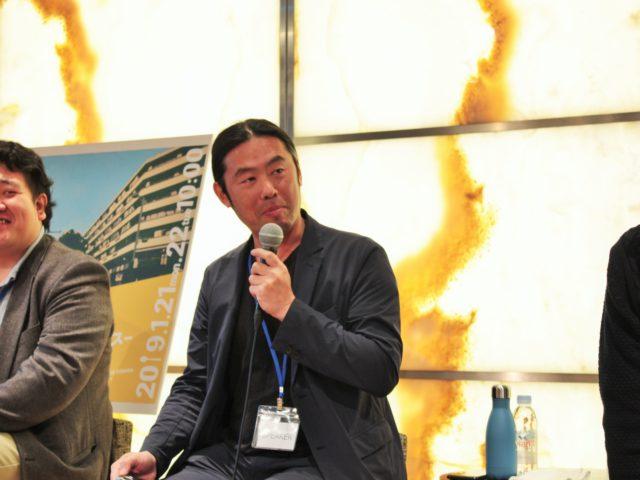 関根さんがマイクで話している写真