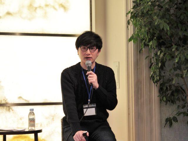 平井さんがマイクで話している写真
