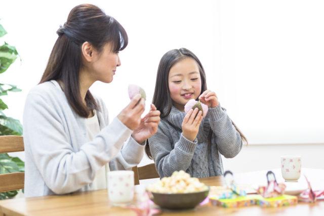 桜餅を仲良く食べる母娘の画像