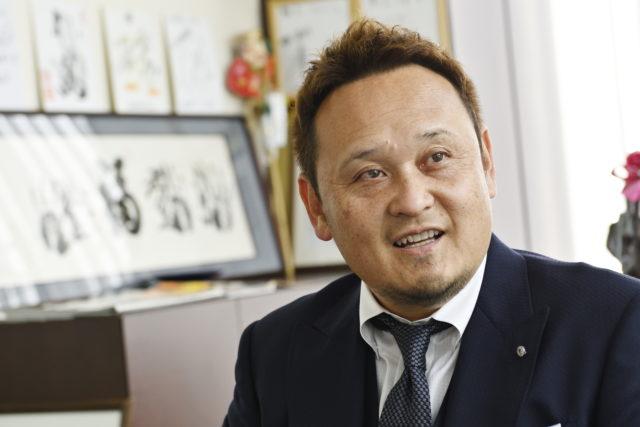 阪上氏の笑顔のアップ写真