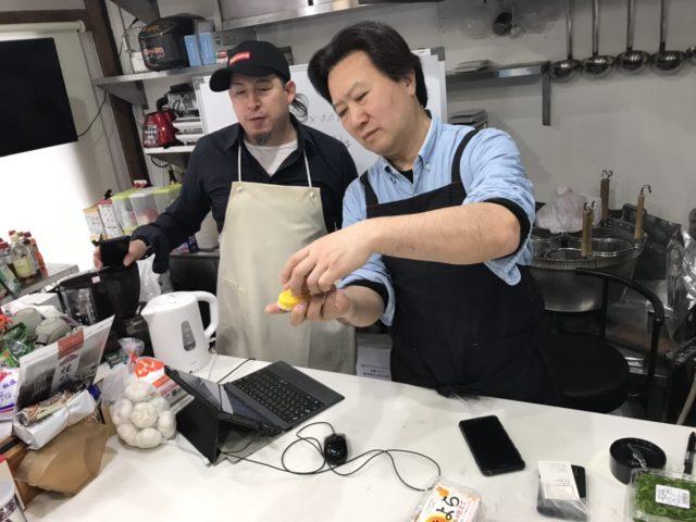 煮卵用の茹で卵をきれいに剥くための便利グッズを紹介する宮島さん