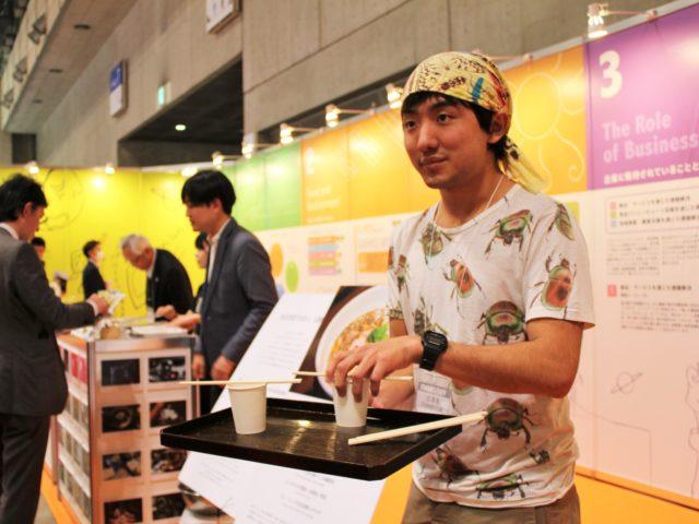 試食用の「コオロギラーメン」を提供する篠原祐太さん