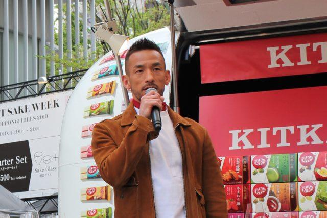 オープニングセレモニーでスピーチする中田英寿さんの写真