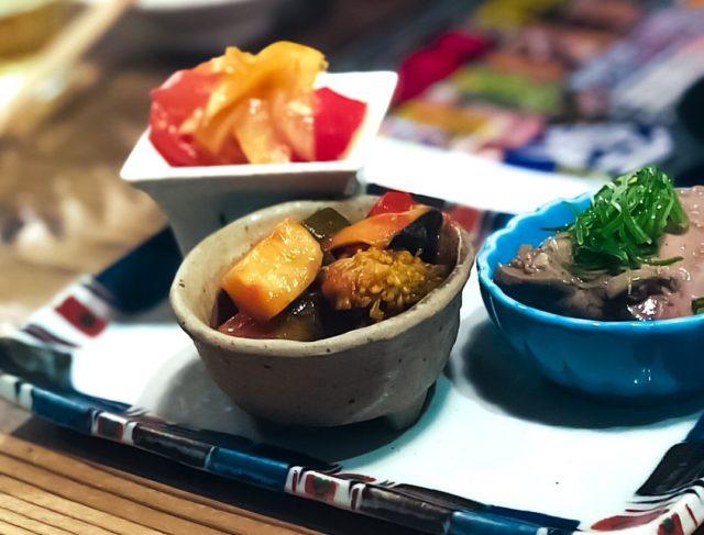 小鉢に入った3種類の料理の写真
