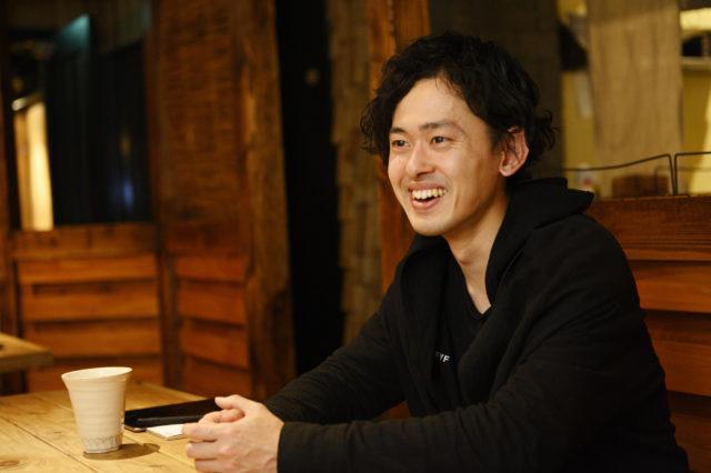 笑顔で語る佐竹さんのバストアップ写真