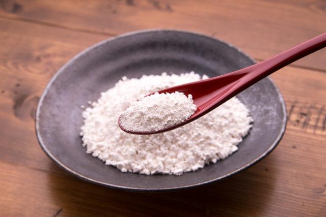 黒いお皿に乗った白玉粉の画像