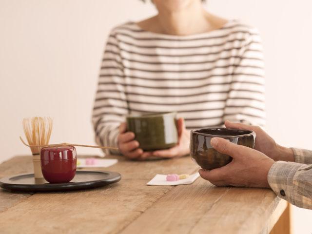 茶道を楽しむ夫婦の画像