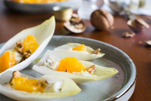 オレンジ、ブルーチーズ、クルミの料理の画像