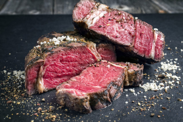 レアのお肉の切られている画像