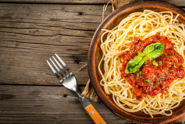 器に盛られたトマトベースのパスタの画像