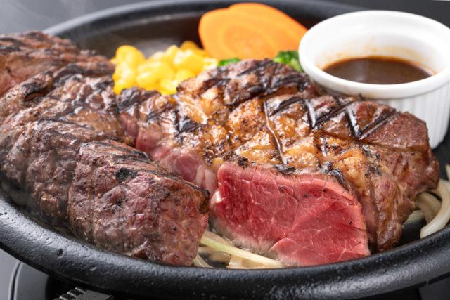 プレートの上に乗った厚切りステーキの画像