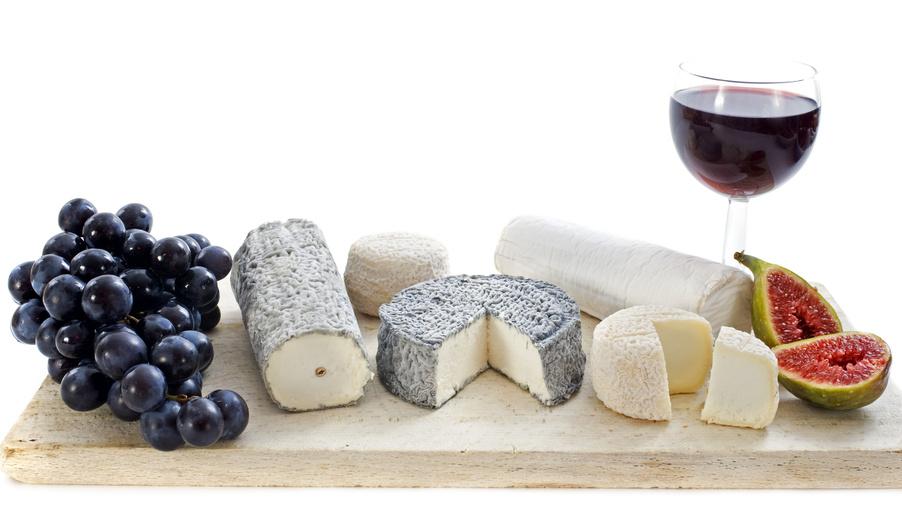 チーズ数種類と無花果とワインの画像