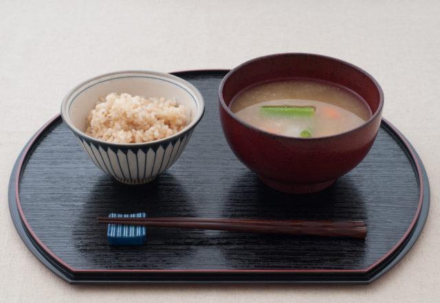玄米と味噌汁の画像