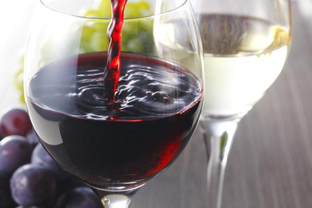 赤ワインと白ワインの画像