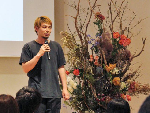 開会のスピーチをする中村さんの写真