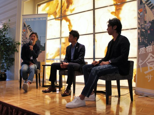 登壇者の白戸さん、松田さん、モデレーターの楠本さんが壇上で椅子に座っている写真