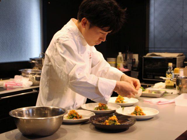 山口智也さんが調理している様子