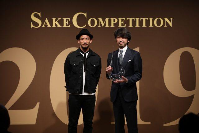 Super Premium部門1位を受賞した高木酒造の高木顕統さんと、賞の発案者でもある中田英寿さんが2人で立っている写真