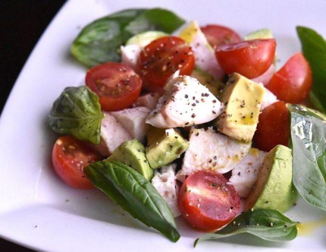 手作り鶏ハムのアボカドトマトサラダの写真