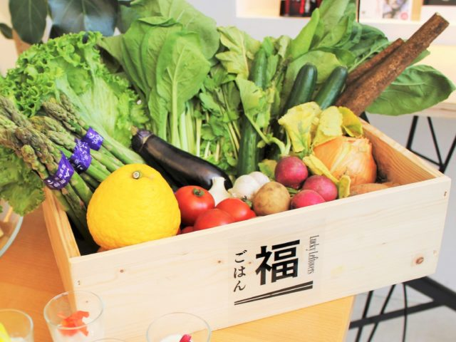 福ごはんとかかれた木箱に野菜が入っている写真