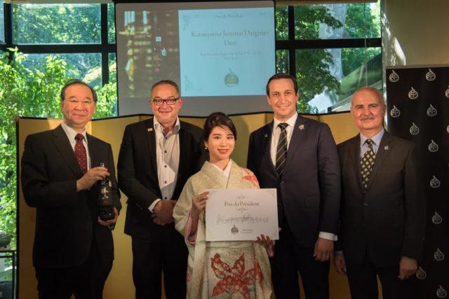 大江博OECD代表部大使、Kura Master審査員から祝福をうける仙台伊澤家勝山酒造の伊澤優花さんの集合写真