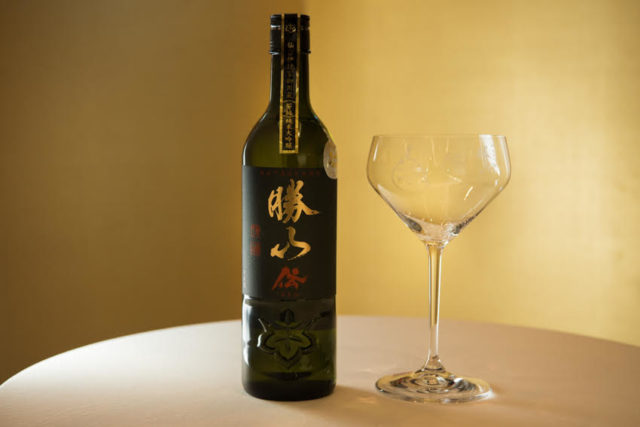 「勝山純米大吟醸 伝」とグラスの写真