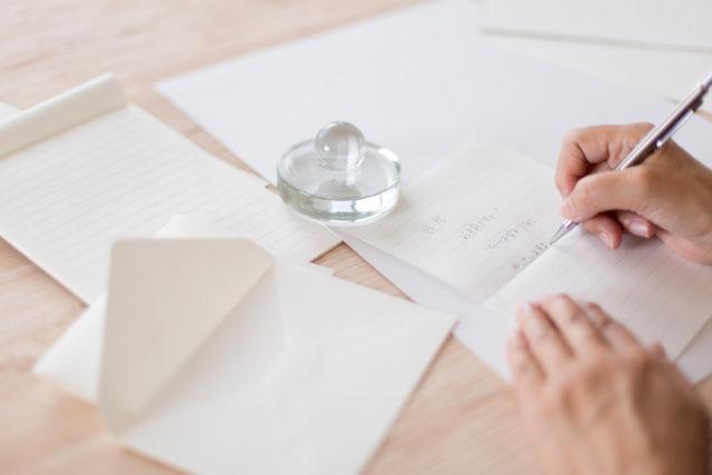 御礼状を白い便せんに手書きしているところ