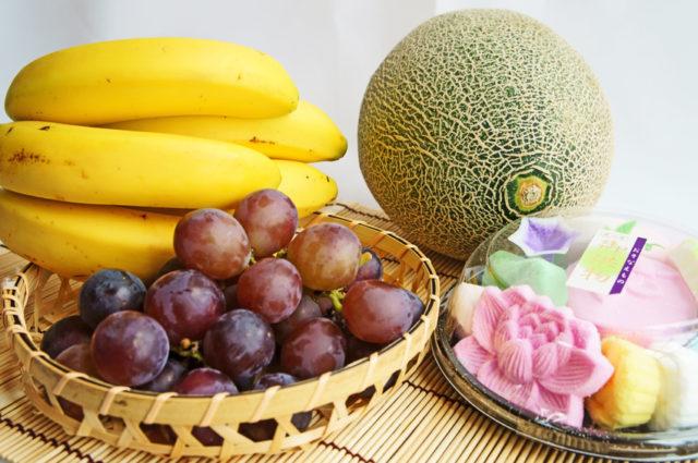 バナナ、葡萄、メロン、落雁があつまっている写真