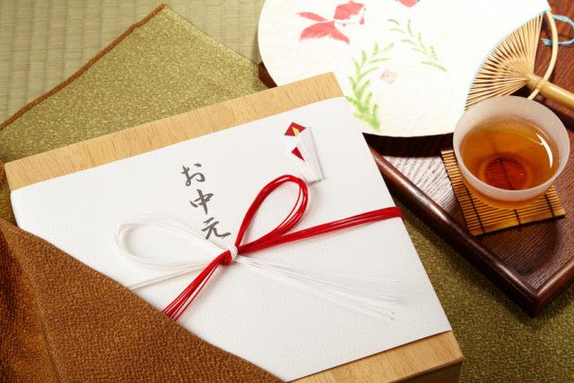 お中元ののし紙で包まれた贈り物のイメージカット
