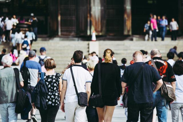 訪日外国人の後ろ姿の画像