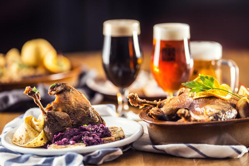 チキン料理とビールの画像