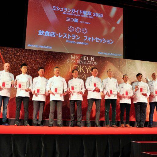 ミシュランの受賞者が壇上で立っている写真