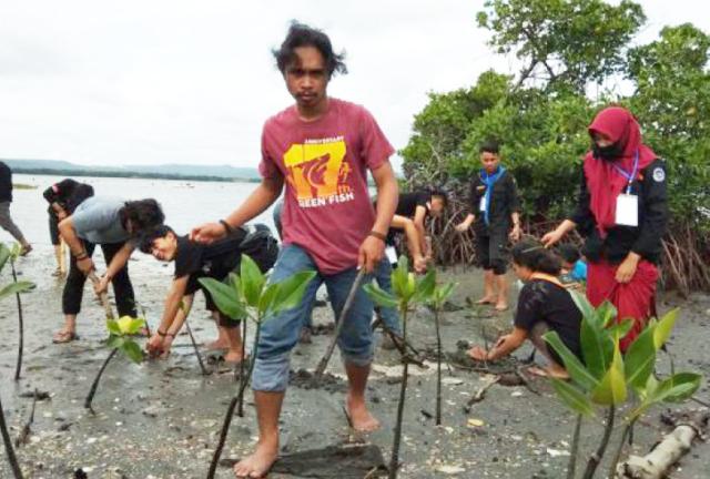 インドネシア・スラウェシ島でエビ養殖をしている現地の人