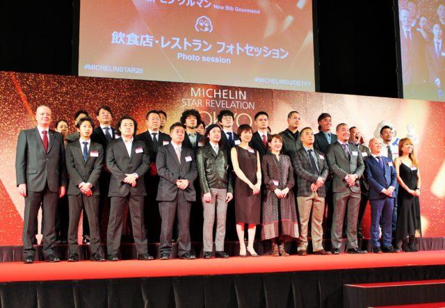 ビブグルマンの受賞者が壇上に集合している写真