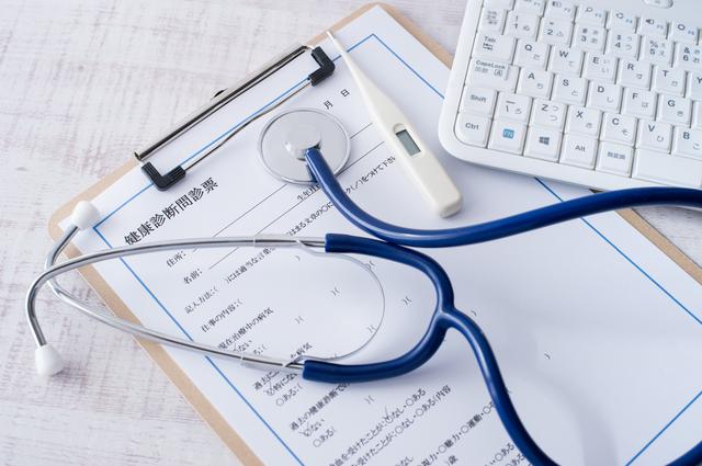 健康診断問診票の上に聴診器