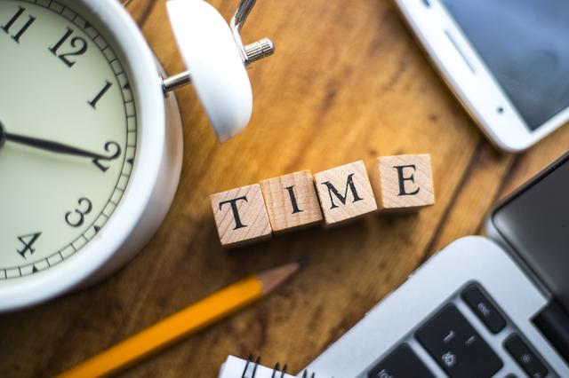 目覚まし時計とサイコロ状の木製片にTIMEの文字あり