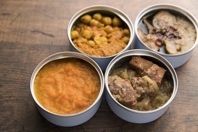 缶詰4種の内容。大豆ミートのキーマカレー、ニシンの野菜スープ煮、にんじんとオレンジの食べるスープ、豚肉のりんご煮