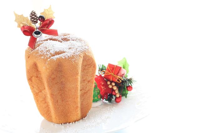 クリスマスらしい飾りとパンドーロの画像