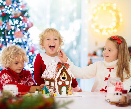 子供が3人嬉しそうなクリスマスの風景