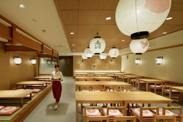 木を基調にした清潔感あふれる「ゑびや大食堂」店内。