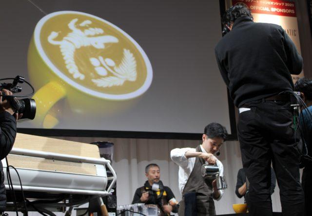 伊藤さんがラテーアトを作っており、スライドに作品が映し出されている