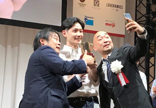 伊藤さんと写メを取る主催者の3名の写真