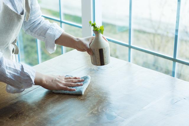 テーブルを除菌スプレーで拭くところ