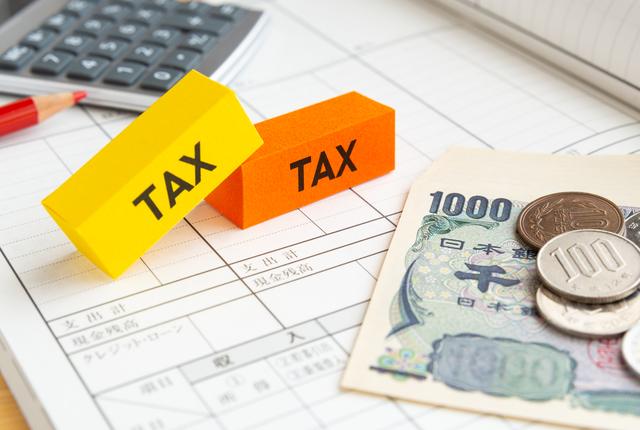 電卓とお金が映っている税のイメージカット