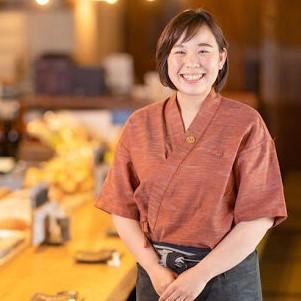 酒瓶を持ちねじり鉢巻き姿の鈴木 志麻さんの写真