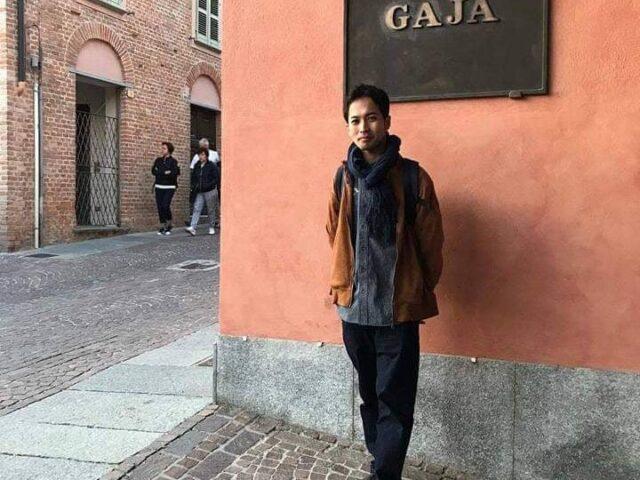 イタリアでも有名なワイナリー「GAJA(ガヤ)」の前で立っている川崎 大輔さん