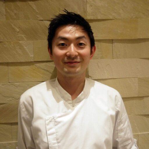 コックコート姿の酒井 研野さんの写真